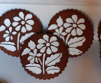 Galletas de chocolate decoradas con stencils.