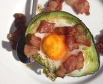 Ovnsstekt egg i avocado med bacon