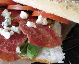 Baguette con tocino y blue cheese