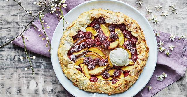 Peach melba-galette med glass