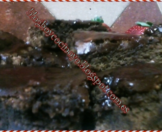 BROWNIE DE CHOCOLATE CON TOQUE DE FRESA