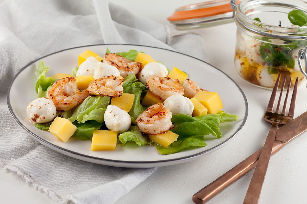 Shrimp salad with mango and mozzarella