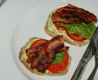 Crostini med avocado, tomat og bacon