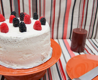 Layer cake de chocolate blanco y frutos rojos