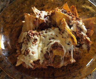 Chipsy tortilla pieczone z mięsem i serem / Tortilla chips baked with meat and cheese / Chips de tortilla al horno con carne y queso