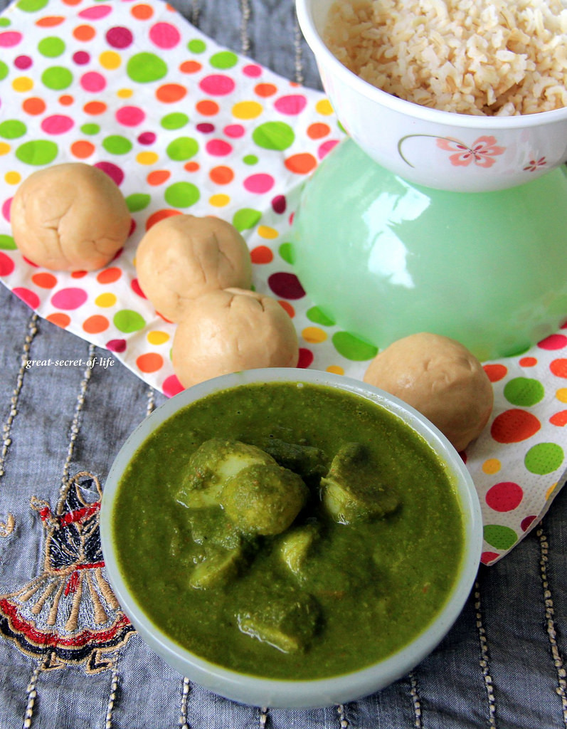 Aloo Palak - Palak potato - Potato spinach - Potato in spinach sauce - simple side dish for rice / roti / naan
