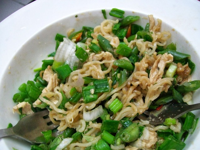 Thai salad with Maggi noodles - One bowl meal