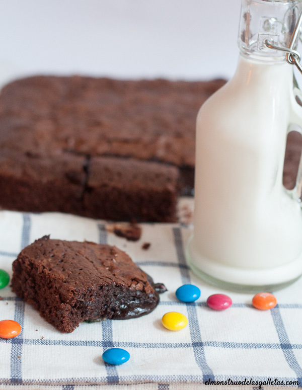 Brownie de chocolate negro (70%) y m&m´s