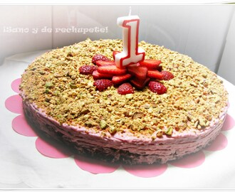 Pastel de chocolate y fresas con pistacho (Chocolate and strawberry cake with pistachio)