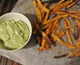 SØTPOTET-STAVER & AVOKADOKREM // SWEET POTATO-FRIES & AVOCADO CREAM