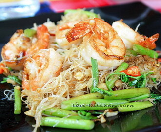 Stir-Fried Thin rice noodles with shrimp and Water mimosa (Sen Mee Pad Koong kap Pak Ka-Chad)