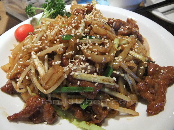 Stir-Fried Beef Noodles with Sesame seed