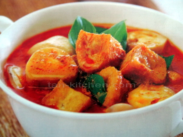 Red Curry Tofu and Mushroom (Kaeng ped dtao hoo sai hed) V