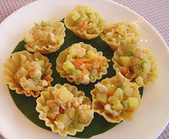 Kra-thong Thong (Patty Shells with Minced Chicken)