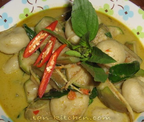 Green Curry with Fish Ball (Kaeng Keaw Warrn Luk Chin Pla Klay)