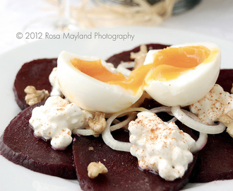 BEET SALAD WITH COTTAGE CHEESE & A RUNNY EGG - SALADE DE BETTRAVE AU COTTAGE CHEESE ET SON OEUF MOLLET