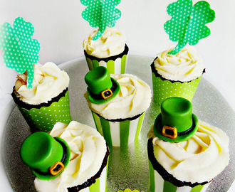 St. Patrick's Day: Finos Cupcakes de Chocolate y Menta (Thin Chocolate Mint Cupcakes With Shamrock Toppers And Leprechaun Hats).