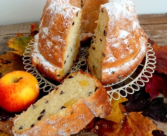 Kouglof aux pommes et aux raisins secs (Kouglof with apples and dried grappes)