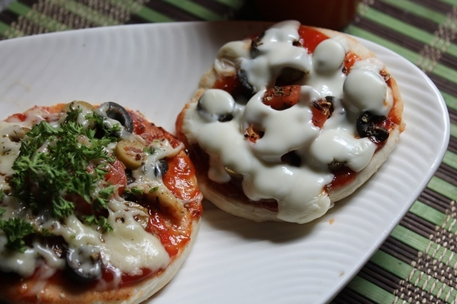 Olive and Cheese Pizza Recipe - Tawa Pizza - Pizza without Oven