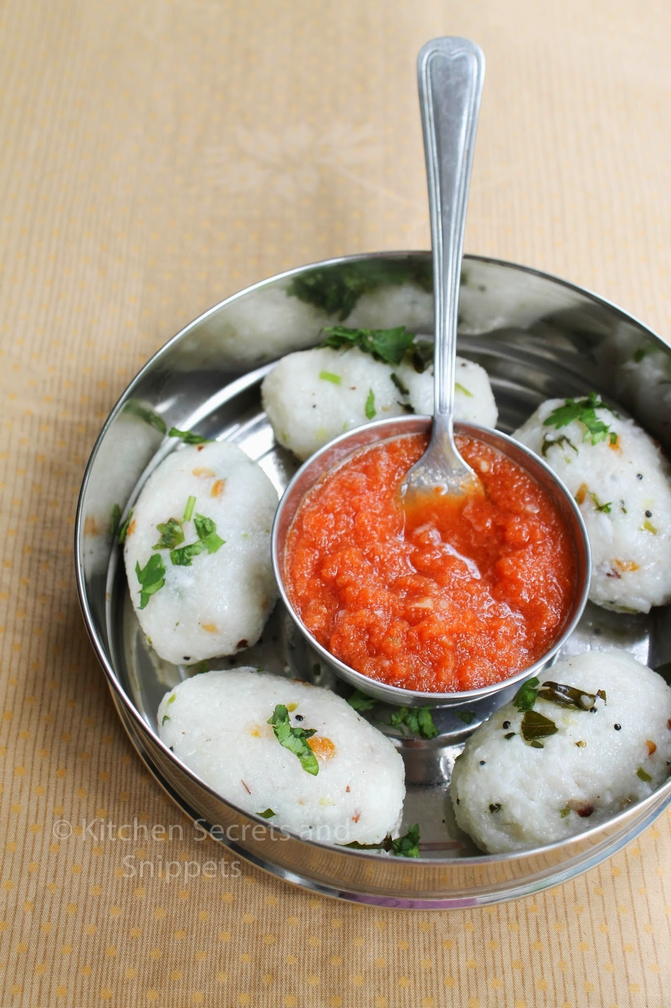 Upma Kozhukattai / Pidi Kozhukattai / Steamed rice Balls and Onion Tomato Chutney