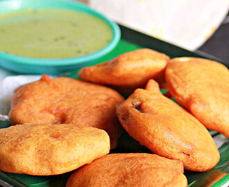 Onion And Potato Bajjis (Fritters)