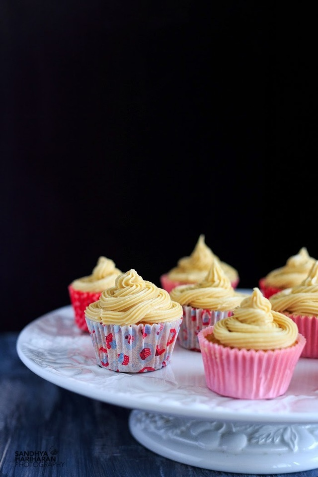 Vanilla Cupcakes with Cream Cheese Buttercream Icing #bakingmad #cupcakes #baking #foodphotography