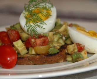 Crostini med avocado, tomat og smilende egg