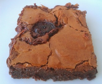 Brownies de chocolate e cerejas