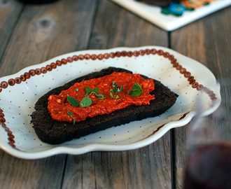 Carob and flaxseed flour bread with red pepper pesto - Ψωμί από αλεύρι χαρουπιού και λιναρόσπορου με πέστο κόκκινης πιπεριάς