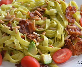 Pasta med bacon, avocado og pesto