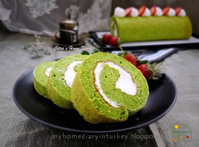 Spinach Roll Cake with Cream Cheese filling / Bolu gulung Bayam dengan cream cheese filling
