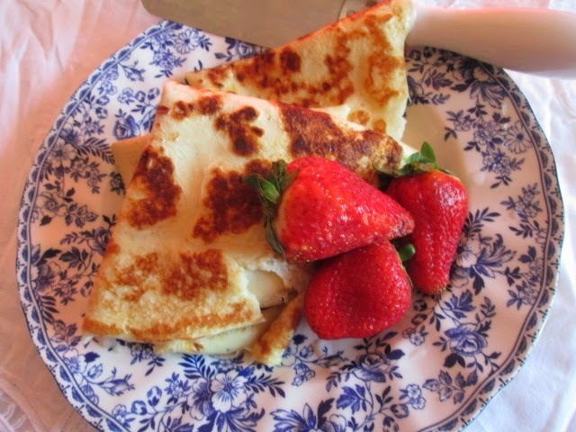 Crepes with lemon curd and strawberries