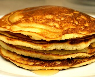 Fluffy American Pancakes with warm Maple Syrup