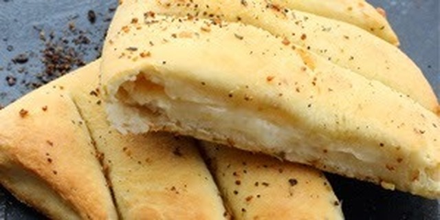 Dominos Style Cheesy Garlic Bread Sticks Recipe (डोमीनोज चीजी गार्लीक ब्रेड स्टीक)