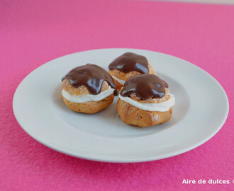 Profiteroles con nata y chocolate