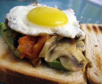 Sandwich de huevo para un brunch de domingo.
