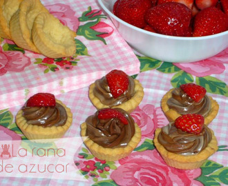 Mini tartaletas de galleta con doble chocolate y fresas