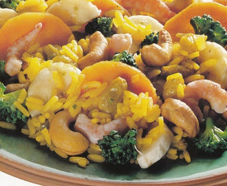 Curry rice with broccoli and cashew nuts