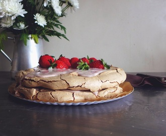 Pavlova de chocolate com iogurte e morangos/ Chocolate pavlova with yogurt and strawberries