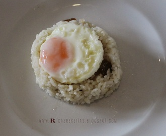 Arroz de côco com passas e ovo estrelado | Coconut rice with raisins and fried egg