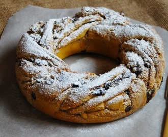 Sweet pumpkin brioche couronne with almond, cinnamon and chocolate filling / Coroa de brioche doce de abóbora, com recheio de amêndoas, canela e chocolate.