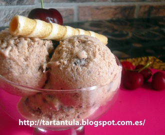 Helado de cerezas y chocolate negro
