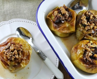 Maçãs recheadas com frutos secos. Baked stuffed apples