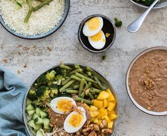 Paleo gado gado bowl met amandel satesaus (whole30 approved)