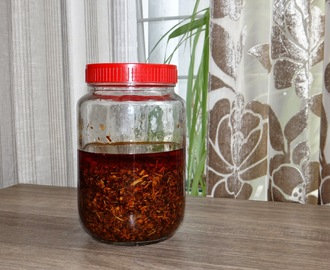 Chili Garlic Pickle (Lilu lahsun nu Aachar)