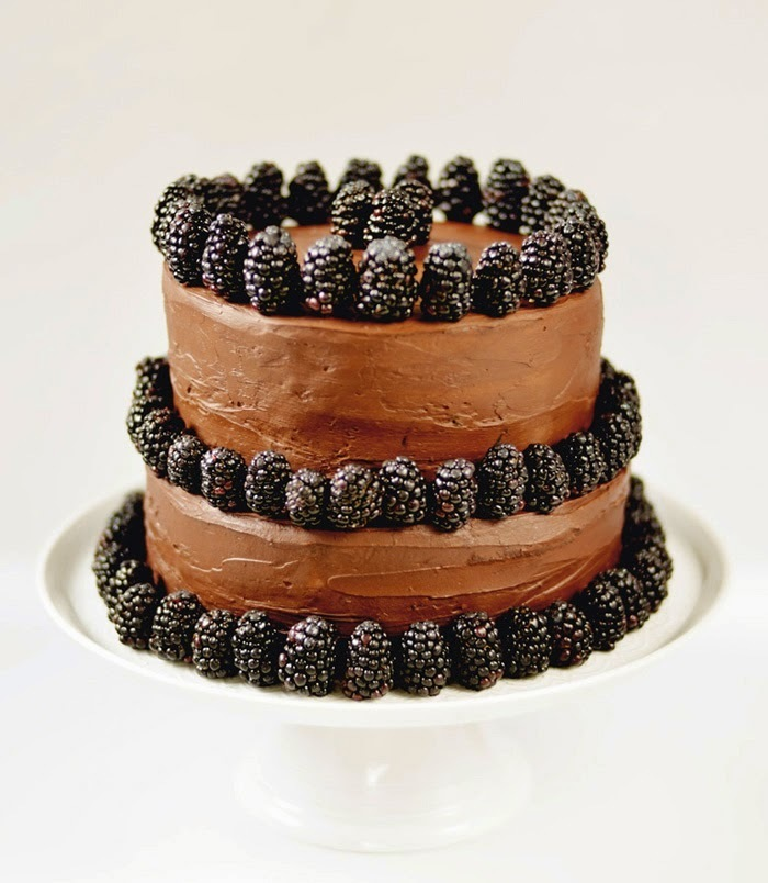 Dark chocolate and blackberry cake / Bolo de chocolate preto e amoras.