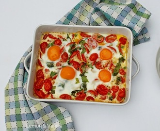 Baked eggs with roasted cherry tomatoes / Ovos no forno com tomates cereja assados.
