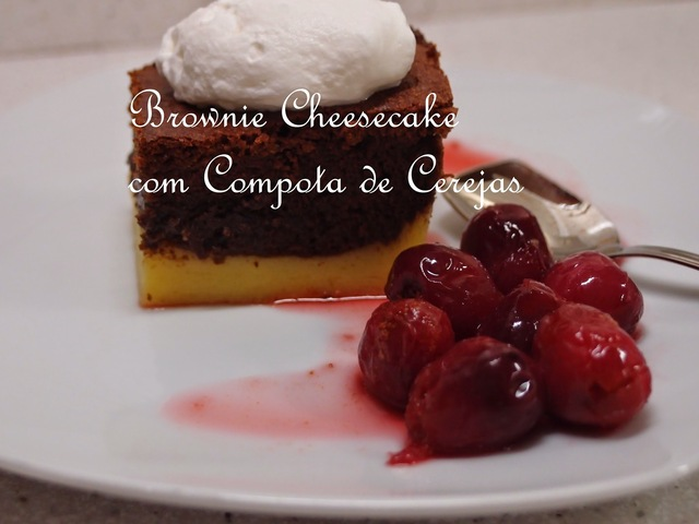 Brownie Cheesecake com Compota de Cerejas