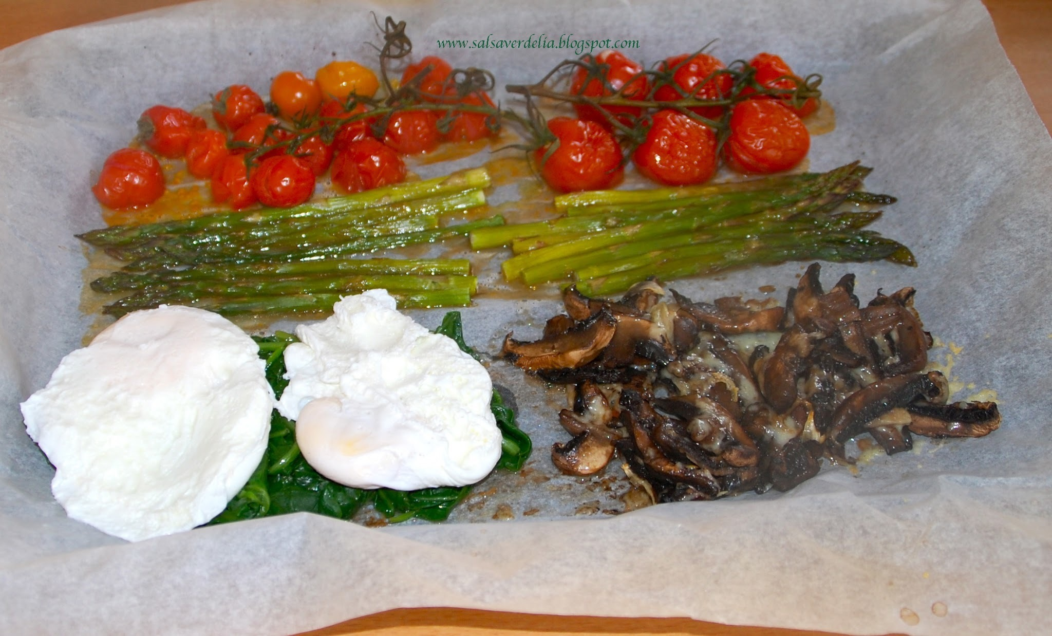 Asparagus, mushrooms, spinach, tomatoes and eggs / Espargos, cogumelos, espinafres, tomates e ovos!