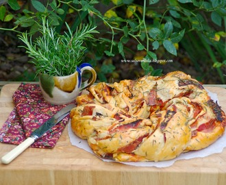 Ham, bacon, spicy chorizo, cheese and rosemary couronne bread for the World Bread Day / Coroa de fiambre, bacon, chouriço picante, queijo e alecrim para o Dia Mundial do Pão!